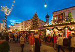 Deutschland, Bayern, Oberbayern, Rosenheim: Christkindlmarkt in der Altstadt am Max-Josefs-Platz | Germany, Bavaria, Upper Bavaria, Rosenheim: Christmas Market at Max-Josefs-square, Old Town