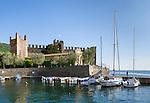 Italy, Veneto, Lake Garda, Torri del Benaco: small harbour at East Bank of Lake Garda - Scaliger Castle | Italien, Venetien, Gardasee, Torri del Benaco: kleiner Hafen am Ostufer des Gardasees - Scaligerburg