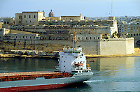 - fort S.Angel, in Vittoriosa town and oil tanker in Grand Harbour (Valletta)....- Forte S.Angelo, a Vittoriosa e petroliera in Grand Harbour (Valletta)