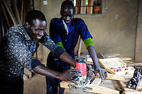 TANSANIA Bukoba, vocational school, carpenter workshop, of St. Theresa Sisters / TANSANIA Bukoba, Projekte der St. Theresa Sisters, Berufsschule bei Igombe, Tischler Ausbildung fuer Jugendliche