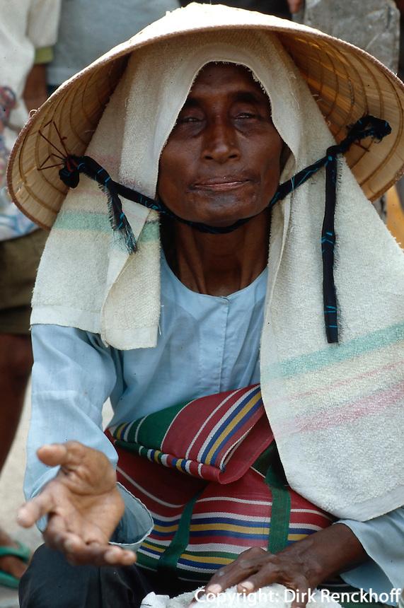blinde Bettlerin in Chau Doc, Vietnam