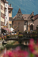 Europe/France/Rhône-Alpes/74/Haute-Savoie/Annecy:Le quai de l'évéché sur les bords du Thiou et le Palais  de l'Ile