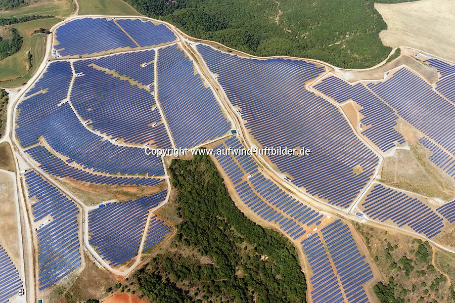 Photovoltaik auf dem Plateau de Valensole: FRANKREICH, 15.08.2013 Photovoltaik auf dem Plateau de Valensole, wo frueher Lavendel bluete befindet sich jetz eine Photovoltaik Anlage