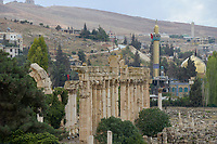 LEBANON Baalbek in Beqaa valley, UNESCO world heritage Baalbek Heliopolis , romanian temple and behind shia mosque / LIBANON Baalbek in der Bekaa Ebene, Altertum und UNESCO Welterbe roemische Tempelanlage Baalbek/Heliopolis, shiitische Moschee