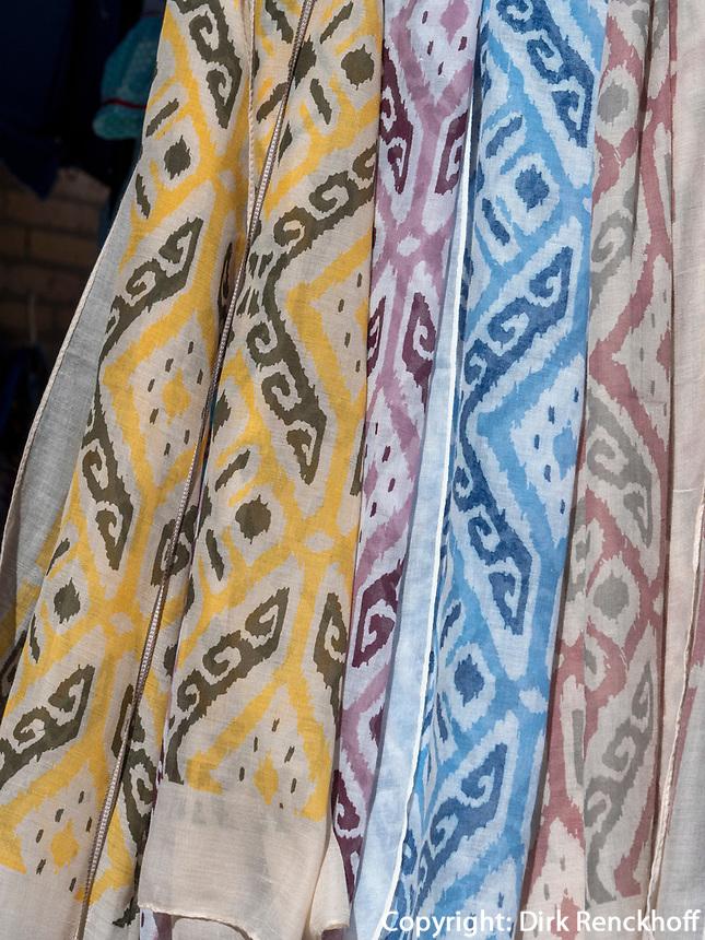 Verkauf von Schals, Xiva, Usbekistan, Asien<br /> selling of scarfs, historic city Ichan Qala, Chiwa, Uzbekistan, Asia