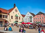 Deutschland, Bayern, Oberpfalz, Naturpark Oberer Bayerischer Wald, Cham: Cafes vorm Rathaus auf dem Marktplatz | Germany, Bavaria, Upper Palatinate, Nature Park Upper Bavarian Forest, Cham: Cafes at Market Square with Townhall