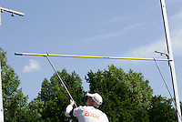 Beim Stabhochsprung wird eine neue Höhe aufgelegt. Foto: Jan Kaefer / aif