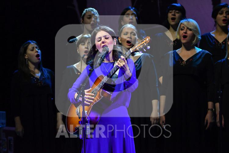 Katie Melua en concert a l Olympia avec le  Gori Women's Choir  (Chorale des femmes de Gori)