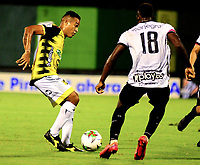 BARRANCABERMEJA-COLOMBIA, 19-10-2020: Macnelly Torres de Alianza Petrolera y Alvaro Angulo de Rionegro Aguilas Doradas, disputan el balon durante partido Alianza Petrolera y Rionegro Aguilas Doradas, de la fecha 15 por la Liga BetPlay DIMAYOR 2020 en el estadio Daniel Villa Zapata en la ciudad de Barrancabermeja. / Macnelly Torres of Alianza Petrolera and Alvaro Angulo of Rionegro Aguilas Doradas, figth for the ball during a match between Alianza Petrolera and Rionegro Aguilas Doradas, of the 15th date for the BetPlay DIMAYOR League 2020 at the Daniel Villa Zapata stadium in Barrancabermeja city. Photo: VizzorImage  / Jose D. Martinez / Cont.