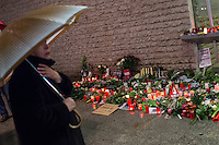 """Trauerbekundungen vor der franzoesischen Botschaft in Berlin anlaesslich der Ermordung von Redakteuren der Satierezeitschrift """"Charlie Hebdo"""" am 7. Januar 2015 in Paris.<br /> Bei einem Anschlag mit vorgeblich religioesen Motiven wurden zehn Mitarbeiter und Redakteure und zwei Polizisten durch Terroristen erschossen. Die Satierezeitschrift Charlie Hebdo war in der Vergangenheit mehrfach Ziel muslimischen Protesten, so wurden nach der Veroeffentlichung der """"Mohamed-Karrikaturen"""" das Redaktionsgebaeude am 2. November 2011 durch einen Brandanschlag zerstoert.<br /> Berlinerinnen und Berliner haben vor der Botschaft Blumen und Schilder mit der Aufschrift """"Je suis Charlie"""" (Ich bin Charlie), niedergelegt.<br /> Im Bild: Trotz stroemendem Regen kamen trauernde Menschen vor die Botschaft und legten Blumen, Kerzen nieder.<br /> 8.1.2015, Berlin<br /> Copyright: Christian-Ditsch.de<br /> [Inhaltsveraendernde Manipulation des Fotos nur nach ausdruecklicher Genehmigung des Fotografen. Vereinbarungen ueber Abtretung von Persoenlichkeitsrechten/Model Release der abgebildeten Person/Personen liegen nicht vor. NO MODEL RELEASE! Nur fuer Redaktionelle Zwecke. Don't publish without copyright Christian-Ditsch.de, Veroeffentlichung nur mit Fotografennennung, sowie gegen Honorar, MwSt. und Beleg. Konto: I N G - D i B a, IBAN DE58500105175400192269, BIC INGDDEFFXXX, Kontakt: post@christian-ditsch.de<br /> Bei der Bearbeitung der Dateiinformationen darf die Urheberkennzeichnung in den EXIF- und  IPTC-Daten nicht entfernt werden, diese sind in digitalen Medien nach §95c UrhG rechtlich geschuetzt. Der Urhebervermerk wird gemaess §13 UrhG verlangt.]"""
