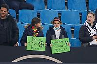 Junge Fans hoffen auf ein Trikot - Hamburg 08.10.2021: Deutschland vs. Rumänien, Volksparkstadion Hamburg