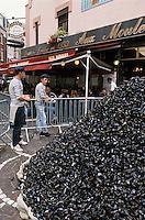 """Europe/France/Nord-Pas-de-Calais/59/Nord/Lille: Tas de moules devant la brasserie """"Aux Moules """" lors de la grande braderie"""