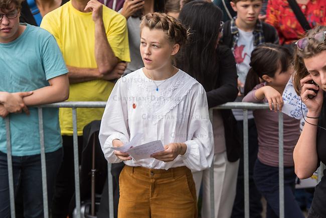 """Schuelerstreik und Demonstration """"Fridays4Future"""" (#f4f) in Berlin.<br /> Ca. 2.000 Menschen, hauptsaechlich Schuelerinnen und Schueler versammelten sich am Freitag den 19. Juli 2019 in Berlin mit ihrer woechentlichen Klimademonstration vor dem Wirtschaftsministerium in Berlin. Sie protestieren gegen die Klimapolitik der Wirtschaft und der Bundesregierung und fordern die Einhaltung der """"Pariser Klimaziele"""", die eine Begrenzung der Erderwaermung auf 1,5°C vorsieht.<br /> Als Gast sprach die schwedische Klimaschutzaktivistin Greta Thunberg, die mit ihrem individuellen Schulstreik die """"Fridays for Future"""" ausgeloest hat.<br /> Im Bild: Clara Mayer, Fridays 4 Future, vor Ihrer Rede.<br /> 19.7.2019, Berlin<br /> Copyright: Christian-Ditsch.de<br /> [Inhaltsveraendernde Manipulation des Fotos nur nach ausdruecklicher Genehmigung des Fotografen. Vereinbarungen ueber Abtretung von Persoenlichkeitsrechten/Model Release der abgebildeten Person/Personen liegen nicht vor. NO MODEL RELEASE! Nur fuer Redaktionelle Zwecke. Don't publish without copyright Christian-Ditsch.de, Veroeffentlichung nur mit Fotografennennung, sowie gegen Honorar, MwSt. und Beleg. Konto: I N G - D i B a, IBAN DE58500105175400192269, BIC INGDDEFFXXX, Kontakt: post@christian-ditsch.de<br /> Bei der Bearbeitung der Dateiinformationen darf die Urheberkennzeichnung in den EXIF- und  IPTC-Daten nicht entfernt werden, diese sind in digitalen Medien nach §95c UrhG rechtlich geschuetzt. Der Urhebervermerk wird gemaess §13 UrhG verlangt.]"""