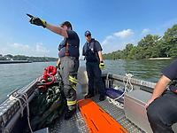 Der Verunglückte wird im Rhein gesichtet - Ginsheim-Gustavsburg 18.09.2021: Bootsführerausbildung des Katastrophenschutz MTK