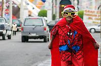 Ramón Hues de 51 años  se divierte al vistir de spiderman combinado con santa clos y spiderman a fuera de la casa familiar de la familia Vega Pompa en no reelección entre Jesús García y Manuel González en la colonia centro. Spider man.