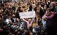 Un sostenitore del PD attende l'arrivo del Presidente del Consiglio e Segretario del Partito Democratico<br /> Torino 12-04-2014 PalaIsozaki <br /> Apertura Campagna elettorale elezioni europee Partito Democratico <br /> Opening European elections campaign of the Democratic Party<br /> Foto Giorgio Perottino / Insidefoto