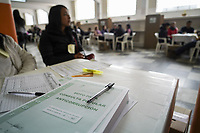 """CHIA - COLOMBIA, 26-08-2018: Colombianos asisten a las urnas hoy, 26 de agosto de 2018, para votar la Consulta Popular Anticorrupción """"#7vecesSi, la cual es una iniciativa liderada por la senadora colombiana Claudia López y tiene como finalidad frenar uno de los principales males de Colombia que es la Corrupción. /   Colombians came to the polls today, August 26, 2018, to vote the Anticorruption Populat Consult, #7vecesSi, wich is an iniciative leadership by congress woman Claudia Lopez and has a intention to fight against the one of the biggest problems in Colombia: the corruption. Photo: VizzorImage / Diego Cuevas / Cont"""