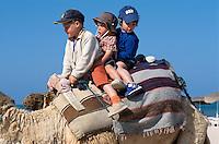 Plage de Sidi Mahrés, Kinder  reiten auf Kamel, Djerba, Tunesien