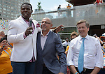 """Toronto 2015.<br /> Michael """"Pinball"""" Clemons, CEO of Toronto 2015 Saad Rafi and Toronto Mayor John Tory recognize all the volunteers at Nathan Phillips Square // Michael """"Pinball"""" Clemons, PDG de Toronto 2015 Saad Rafi et le maire de Toronto John Tory rendent hommage à tous les bénévoles du Nathan Phillips Square. 04/08/2015."""