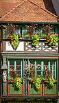 Deutschland, Baden-Wuerttemberg, Schwarzwald, Gengenbach im Ortenaukreis: Fachwerkhaus mit Blumenschmuck im Stadtzentrum am Rathausplatz | Germany, Baden-Wurttemberg, Black Forest, Gengenbach: flower decorated half-timbered house in town-centre at townhall square