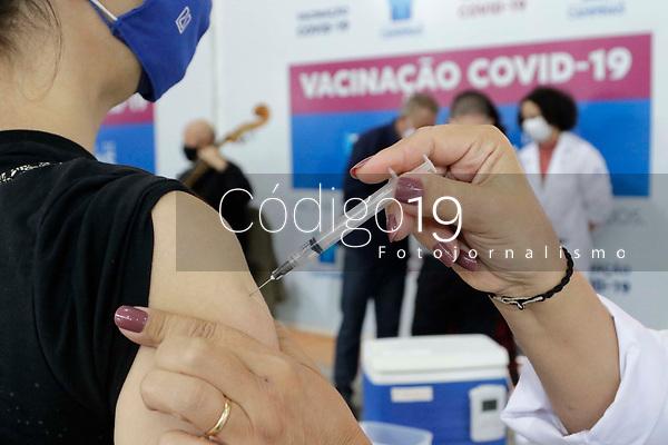 Campinas (SP), 13/05/2021 - Vacinação - Apresentação do quinteto de cordas da Orquestra Sinfônica Municipal de Campinas em homenagem aos profissionais da saúde na Semana da Enfermagem. A apresentação foi nesta quinta-feira (13) no Centro de Vivência do Idoso (CVI), um dos cinco Centros de Imunização, instalados na cidade.