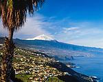 Spanien, Kanarische Inseln, Teneriffa, die Nordkueste und das Orotava-Tal mit schneebedecktem Pico del Teide (3.718 m), Spaniens hoechstem Berg | Spain, Canary Islands, Tenerife, north coast, Orotava Valley and snow covered Pico del Teide (3.718 m), Spain's highest mountain
