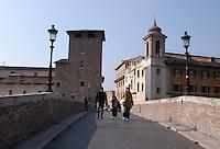 Ponte Fabricio che porta all'isola Tiberina..Fabricio Bridge, which leads the Tiberina island..