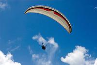 Cuba, Paragliding am Strand von Cayo Coco, Archipielago de Camagüey, Provinz Ciego de Avila