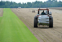 DEUTSCHLAND, Matthies Landwirtschaft in Wenzendorf, Anbau und Ernte von Rollrasen fuer Gaerten, Stadien, Sportstaetten, Parks etc. / <br /> GERMANY cultivation of rolling lawn at Matthies Agriculture in Wenzendorf, lower saxonia
