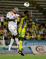 NEIVA-COLOMBIA, 05-10-2019: Víctor Moreno de Atlético Huila y Santiago Noreña de Envigado F. C. disputan el balón durante partido entre Atlético Huila y Envigado F. C. de la fecha 15 por la Liga Águila II 2019 en el estadio Guillermo Plazas Alcid en la ciudad de Neiva. / Víctor Moreno of Atletico Huila and Santiago Noreña of Envigado F. C. vies for the ball, during a match between Atletico Huila and Envigado F. C. of the 15th date for the Aguila Leguaje II 2019 at the Guillermo Plazas Alcid Stadium in Neiva city. Photo: VizzorImage  / Sergio Reyes / Cont.