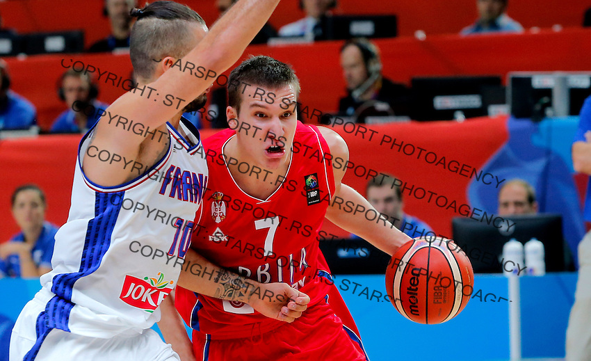 France's Evan Fournier (L) vies with Serbia's Bogdan Bogdanovic (R) during European championship basketball match for third place between France and Serbia on September 20, 2015 in Lille, France  (credit image & photo: Pedja Milosavljevic / STARSPORT)