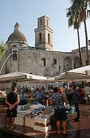Europe/Italie/La Pouille/Monopoli: Marche devant la cathedrale (fondée en 1107 et reconstruite au XVIIIème), détail étal de poissonnier