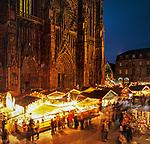 Frankreich, Elsass, Strassburg: Weihnachtsmarkt vor dem Strassburger Muenster | France Alsace, Strasbourg: Christmas market outside cathedral
