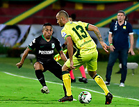BUCARAMANGA - COLOMBIA, 24–02-2021: Juan Pablo Zuluaga de Atletico Bucaramanga y Vladimir Hernandez de Atletico Nacional disputan el balon, durante partido entre Atletico Bucaramanga y Atletico Nacional de la fecha 9 por la Liga BetPlay DIMAYOR I 2021, jugado en el estadio Alfonso Lopez de la ciudad de Bucaramanga. / Juan Pablo Zuluaga of Atletico Bucaramanga of Atletico Bucaramanga and Vladimir Hernandez of Atletico Nacional vie for the ball during a match between Atletico Bucaramanga and Atletico Nacional of the 9th date for the BetPlay DIMAYOR I 2021 League at the Alfonso Lopez stadium in Bucaramanga city. / Photo: VizzorImage / Jaime Moreno / Cont.