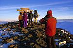 Cris de joie, embrassades et photos souvenirs sous le panneau de bois celebrant le plus haut point d'Afrique. Le pic d'Uhuru (pic de la Liberte) à 5895 m, c est la recompense tant attendue apres une semaine de marche et d efforts.