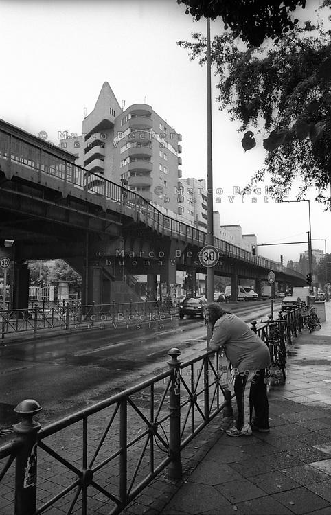 berlino, quartiere kreuzberg. presso la sopraelevata della metropolitana --- berlin, kreuzberg district. at the elevated subway