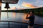 Navigation sur le Rio Negro au nord de Manaus sur le bateau de croisière La Jangada<br /> Navigation sur le Rio Negro au nord de Manaus sur le bateau de croisière La Jangada<br /> archipel des Anavilhanas. Devant nous plus de 2000 km de fleuve pour rejoindre le Venezuela et les Andes ou le Rio Negro prend sa source au Pico da Neblina (3014m)