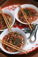 Thailande/Env de Bangkok: Soupe de nouilles et riz avec du porc du sucre de canne, des piments séchés et cacahuete à Ban-Ama prés de Tha-Kha