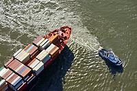 Containerschiff Montreal Express der Hapag Lloyd auf der Süderelbe: EUROPA, DEUTSCHLAND, HAMBURG, (EUROPE, GERMANY), 13.10.2018: Containerschiff Montreal Express der Hapag Lloyd auf der Süderelbe im Wendekreis des Köhlbrands vor Altenwerder. Das Schiff muss in der Süderelbe durch den  SchlepperVB Bremen  gedreht werden um anzulegen.