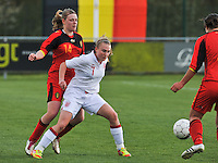 UEFA Women's Under 17 Championship - Second Qualifying round - group 1 : Belgium - England : .Hollie Kelsh schermt de bal af voor Ine Heemerijck.foto DAVID CATRY / Vrouwenteam.be