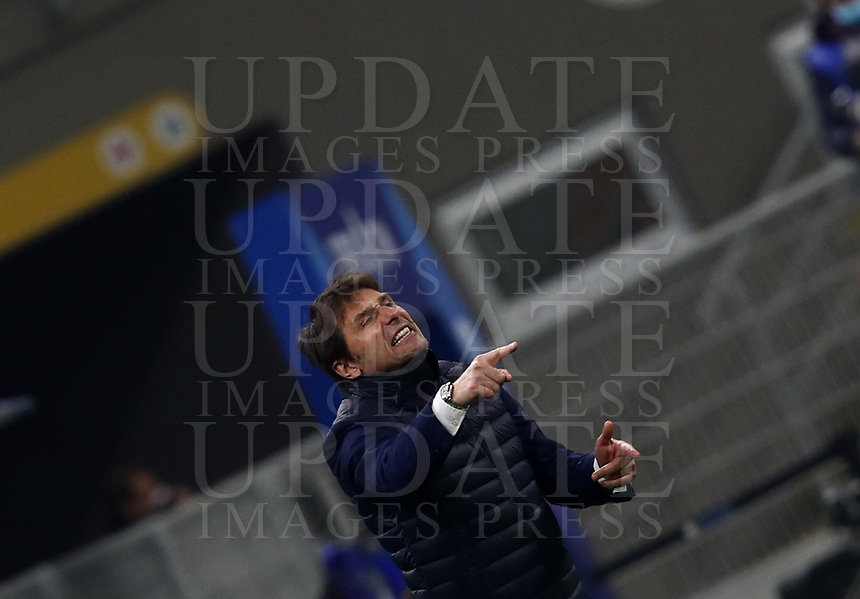 Calcio, Serie A: Inter Milano - Atalanta, Giuseppe Meazza (San Siro) stadium, in Milan, March 8, 2021.  <br /> Inter's coach Antonio Conte speaks to his players during the Italian Serie A football match between Inter and Atalanta at Giuseppe Meazza (San Siro) stadium, on  March 8, 2021.  <br /> UPDATE IMAGES PRESS/Isabella Bonotto