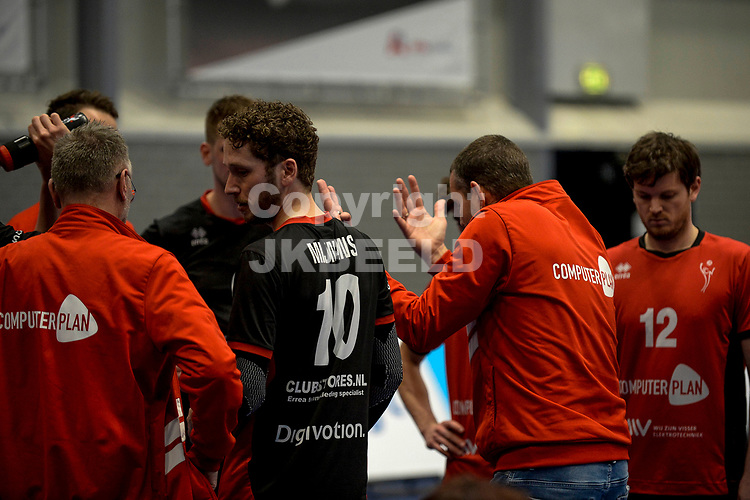 27-02-2021: Volleybal: Amysoft Lycurgus v Computerplan VCN: Groningen VCN  trainer Ferry van Hal tijdens een time out