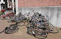 Nederland Leiden - 2021.   Omgevallen fietsen in het centrum van Leiden.  Foto ANP /  Hollandse Hoogte / Berlinda van Dam