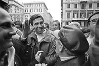 """- Paride Batini, """"console"""" della CULMV (Compagnia Unica Lavoratori e Manovalanza Varia), organizzazione dei lavoratori portuali di Genova,  durante una manifestazione sindacale (febbraio 1987)....- Paride Batini, """"consul"""" of CULMV (Single Company of Worker and Varied Laborers), organization of Genoa port workers, during a trade union demonstration (February 1987)"""