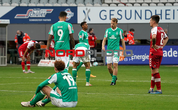 17.10.2020, Schwarzwald Stadion, Freiburg, GER, 1.FBL, SC Freiburg vs SV Werder Bremen<br /> <br /> im Bild / picture shows<br /> Ein entäuschter Josh Sargent (Bremen), Davie Selke (Bremen), Maximilian Eggestein (Bremen), Christian Groß (Bremen)<br /> <br /> Foto © nordphoto / Bratic<br /> <br /> DFL REGULATIONS PROHIBIT ANY USE OF PHOTOGRAPHS AS IMAGE SEQUENCES AND/OR QUASI-VIDEO.