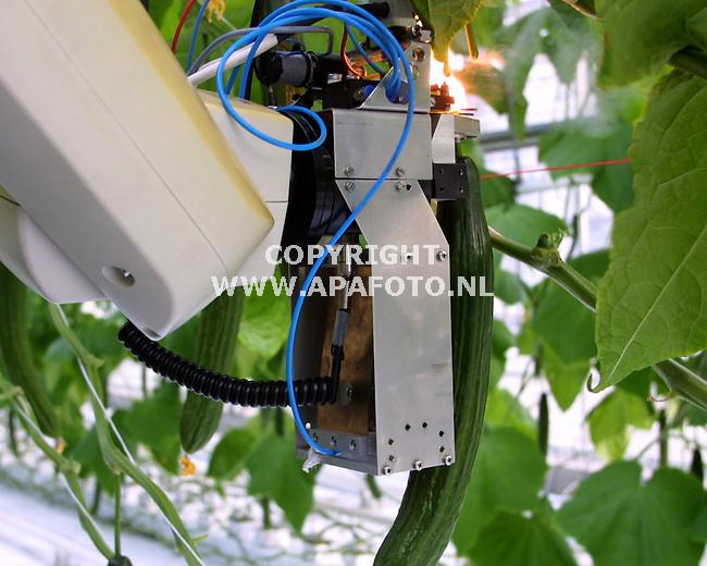 wageningen 251001 komkommerplukrobot bij imag<br />foto frans ypma APA-foto<br />wk44tti/komkommeroogstrobot