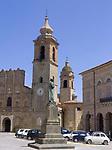 ITA, Italien, Marken, San Ginesio: Denkmal + Piazza Alberico Gentili, Collegiata Kirche | ITA, Italy, Marche, San Ginesio: monument + Piazza lberico Gentili, Collegiata church