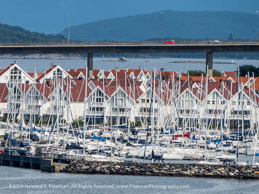 Sailboats and waterfront condos in Skavanger