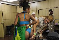 SAO PAULO, SP, 17 JANEIRO 2013 - CARNAVAL SP - CORTE - Candidata se prepara para a eleição da Corte do Carnaval de São Paulo 2013, no auditório do Anhembi, zona norte da capital paulista, na noite desta quinta-feira. Sete candidatos a Rei Momo e oito candidatas a Rainha do Carnaval disputam o concurso. Os vencedores representam o carnaval paulista em diversos eventos durante o ano. (FOTO: VANESSA CARVALHO / BRAZIL PHOTO PRESS).