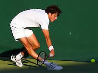 22-06-11, Tennis, England, Wimbledon, Het moment dat Robin Haase valt en zijn knie bezeert